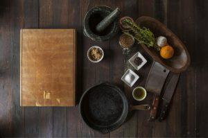 mesa-com-ingredientes-e- utensílio-de-cozinha